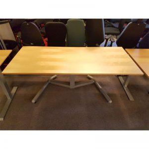 Eldrivet skrivbord med björkskiva