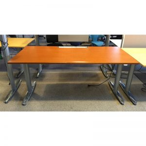 Eldrivet skrivbord med brun skiva